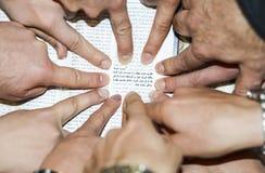 与焦点的阿拉伯英国圣经在约翰3:16 库存图片