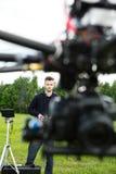 与焦点的UAV飞行在技术员 免版税库存图片
