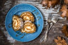 与焦糖毛毛雨的加香料的兰姆酒南瓜蛋糕卷切片 库存照片