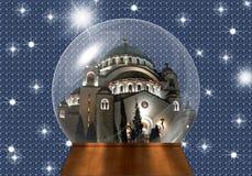 与照亮的教会的雪地球里面 免版税库存图片