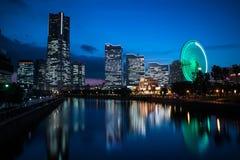 与照明和反射的Minato Mirai nightview 风景取向 库存照片