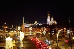 与照明的夜视图在克里姆林宫,莫斯科,俄罗斯 免版税库存图片