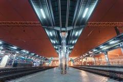 与照明的现代未来派火车站 免版税库存图片