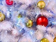 与照明设备和支柱的白色圣诞节树 免版税库存照片