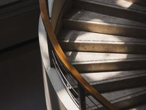 与照明设备建筑学细节的台阶步修造的内部 免版税库存图片