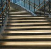 与照明设备的弯曲的楼梯 库存图片