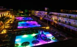 与照明设备的游泳池在温泉现代欧洲旅馆里在晚上 免版税库存图片