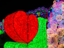 与照明设备的红色心脏形状 免版税图库摄影