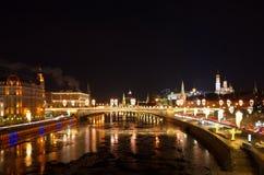 与照明,莫斯科,俄罗斯的夜都市风景 免版税库存图片