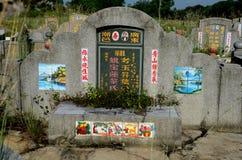 与照片和被绘的艺术性的瓦片怡保马来西亚的中国严重墓碑 免版税库存照片