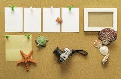 与照片框架、照相机、海壳、星鱼和乌龟的四张空白的白皮书和一张空白的黄色纸 免版税库存图片