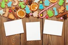 与照片框架的圣诞节木背景 免版税库存图片