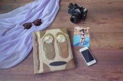 与照片照相机、电话、parero和太阳镜的象册 免版税库存图片