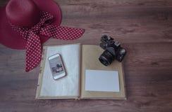 与照片照相机,电话的象册 免版税图库摄影