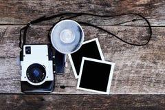 与照片的葡萄酒照相机 免版税库存图片