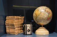 与照相机和古老地球的旧书 库存照片