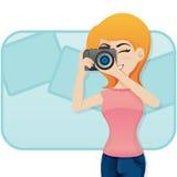 与照相机的动画片逗人喜爱的女孩射击照片 免版税库存照片