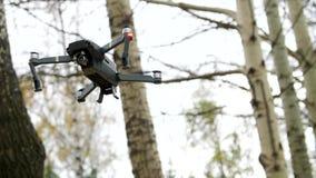 与照相机的四个电动子寄生虫飞行 股票视频