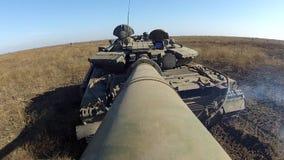 与照相机的坦克在大口径大炮转动它的炮塔360 股票视频