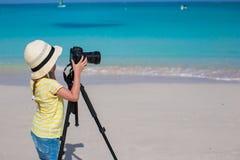 与照相机的小女孩射击在三脚架在期间 库存图片