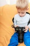 与照相机的小男孩戏剧 图库摄影