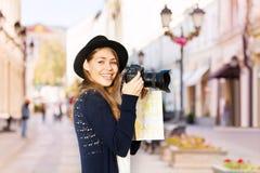 与照相机的微笑的少妇射击 库存照片