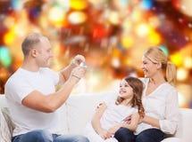 与照相机的愉快的家庭在家 库存图片