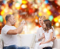 与照相机的愉快的家庭在家 免版税库存照片