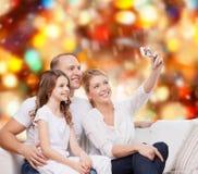 与照相机的愉快的家庭在家 免版税库存图片