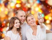 与照相机的愉快的家庭在家 免版税图库摄影