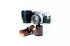 与照相机的模式照片卷轴在背景中 免版税库存图片