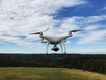 与照相机的白色寄生虫quadcopter 免版税库存图片