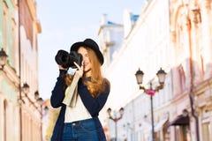与照相机的美好的少妇射击 库存照片