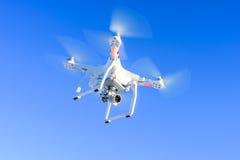 与照相机的飞行寄生虫在蓝天 免版税库存照片