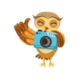与照相机逗人喜爱的漫画人物Emoji的旅游猫头鹰与显示人的情感和行为的森林鸟 免版税库存图片