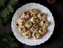 与煮沸的鸡、油煎的蘑菇和葱的快餐果子馅饼用鸡蛋和蛋黄酱 库存图片