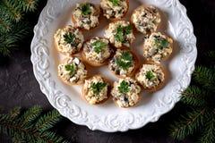 与煮沸的鸡、油煎的蘑菇和葱的快餐果子馅饼用鸡蛋和蛋黄酱 免版税库存图片