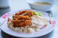 与煮沸的鸡的米和在上面的炸鸡地方服务用汤 库存图片