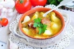 与熏制的猪排的蔬菜汤 免版税库存图片
