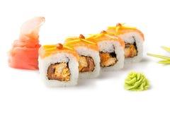 与熏制的金枪鱼的可口,开胃寿司卷和tobiko调味 查出 背景卷寿司白色 免版税图库摄影
