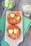 与熏制的鳟鱼和黄瓜的多士 免版税库存照片