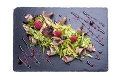 与熏制的鸭胸脯和莓的凉拌生菜 库存照片
