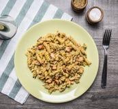 与熏制鲑鱼、草本和葱的开胃面团在镶边餐巾盐和胡椒的一块黄色板材在木土气 免版税库存图片