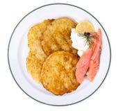 与熏制鲑鱼和乳酪奶油的土豆薄烤饼 免版税库存照片