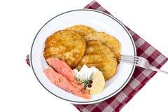 与熏制鲑鱼和乳酪奶油的土豆薄烤饼 库存照片