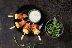 与熏制鲑鱼和土豆的开胃菜 免版税库存图片