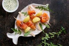 与熏制鲑鱼和土豆的开胃菜 免版税库存照片