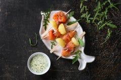与熏制鲑鱼和土豆的开胃菜 库存图片