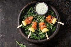 与熏制鲑鱼和土豆的开胃菜 图库摄影