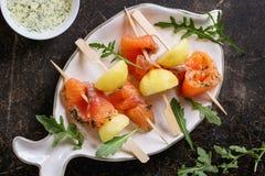 与熏制鲑鱼和土豆的开胃菜 库存照片